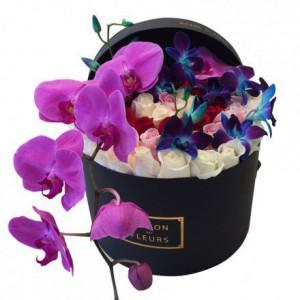 Розы с орхидеями в круглой коробке