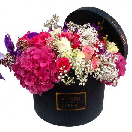 Букет роз с фуксиевыми гортензиями и орхидеей в коробке