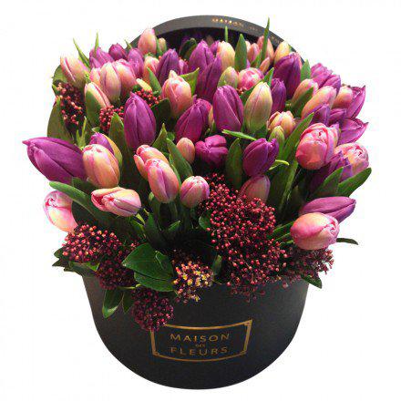 Букет с розовыми и фиолетовыми тюльпанами в коробке