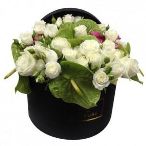 Букет белых роз с антуриумами в коробке