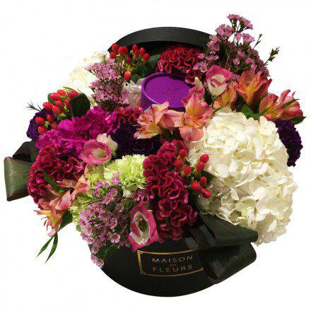 Декорированный букет разноцветных гвоздик шабо в коробке