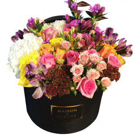 Букет из разноцветных роз с белыми гортензиями в коробке