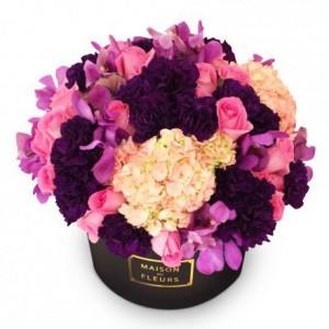 Букет роз с гортензиями и гвоздиками в коробке