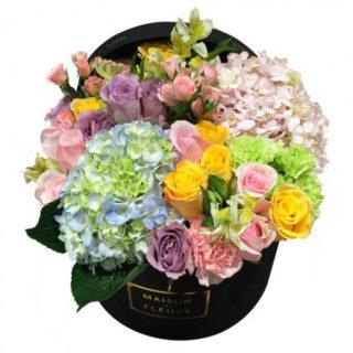 Букет из разноцветных роз с гвоздиками шабо и гортензиями в коробке