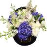 Букет из белых роз с синими гортензиями в коробке