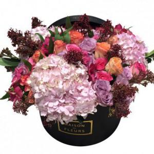 Букет роз с бледно-розовыми гортензиями в коробке
