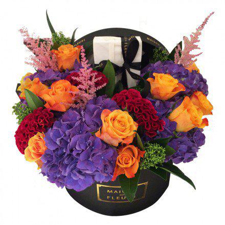 Оранжевые розы с фиолетовыми гортензиями в коробке