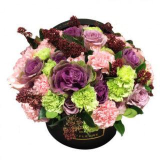 Гвоздики, фиолетовые розы, Maison des Fleurs
