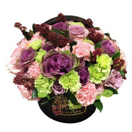 Букет из гвоздик с розами и брасиками в коробке