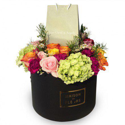 Букет из роз с гвоздиками шабо и гортензиями в коробке