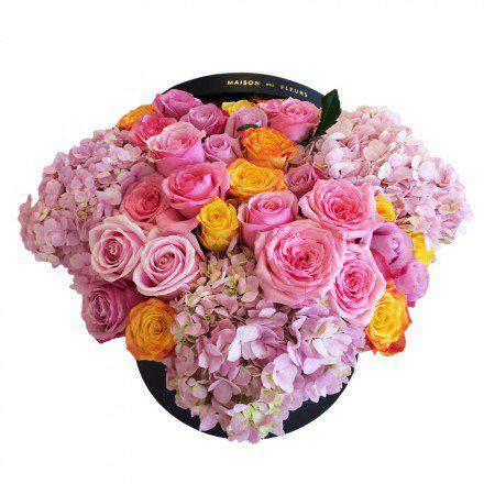 Розовые и желтые розы с гортензиями в коробке