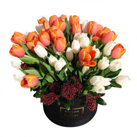 Белые и оранжевые тюльпаны в коробке