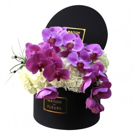 Белые гортензии с орхидеями в коробке