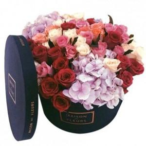 Разноцветные розы с гортензиями в коробке
