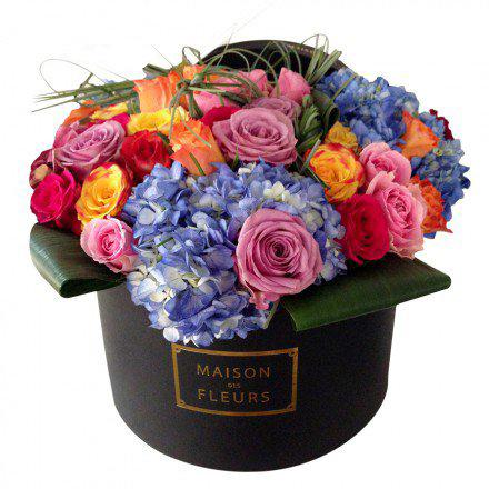 Розы с синими гортензиями в коробке