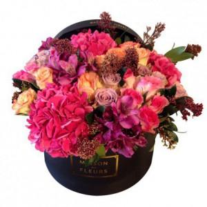 Букет из роз с гортензиями и альстромериями в коробке