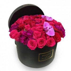 Фуксиевые розы с гвоздиками и орхидеями в коробке