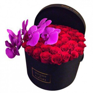 Красные розы с фиолетовой орхидеей в коробке