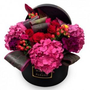 Красные розы с гортензиями и гвоздиками в коробке