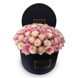 Кремово-розовые розы в коробке