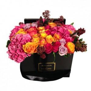 Букет с разноцветными розами и розовыми гортензиями в коробке
