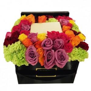 Букет разноцветных роз с гвоздиками шабо в коробке