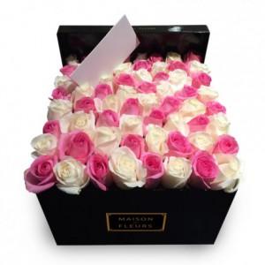 Букет с белыми и розовыми розами в коробке