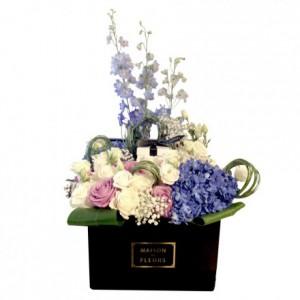 Букет роз с голубыми гортензиями в композиции в коробке