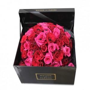 Букет с фукусиевыми и красными розами в коробке