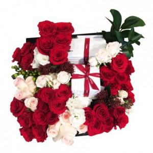 Букет в стиле подарка с розами в коробке