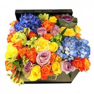 Букет разноцветных роз с гортензиями в коробке