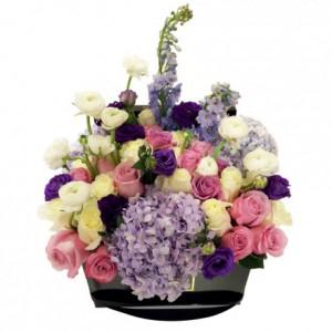 Букет розовых и ванильных роз в композиции в коробке