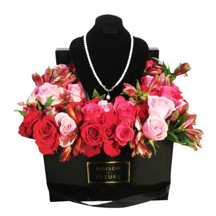 Букет роз с красно-розовыми альстромериями в коробке