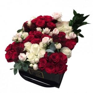 Букет из классических разноцветных роз в коробке