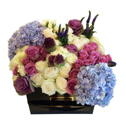 Букет роз с гортензиями и верониками в коробке