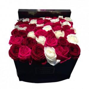Букет разноцветных роз в линию в коробке