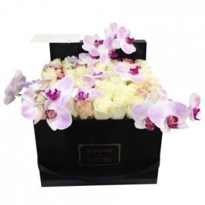 Букет белых роз декорировыных орхидеями в коробке