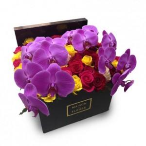 Букет разноцветных роз с фиолетовыми орхидеями в коробке