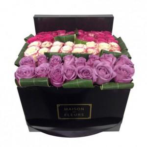 Букет роз выложенных двойной линией в коробке