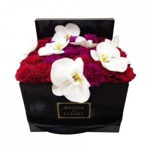 Букет красных роз с гвоздиками и орхидеями