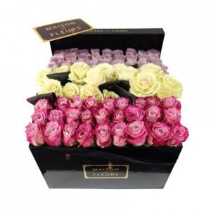 Букет из разноцветных роз выложенных в линию