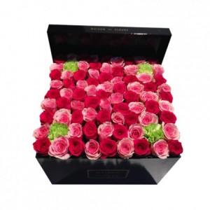 Букет роз декорированный салатовыми гвоздиками шабо в коробке