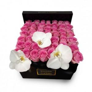 Букет розовых роз с белыми орхидеями в коробке