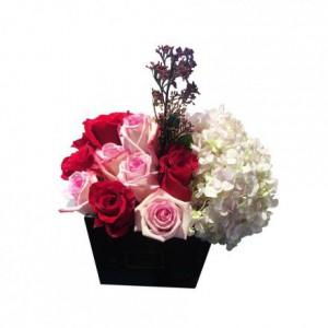 Розовые и красные розы с гортензией в коробке
