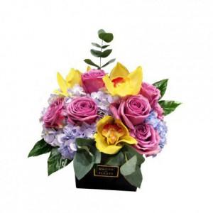 Бледно-голубая гортензия с розовыми розами и орхидеями в коробке