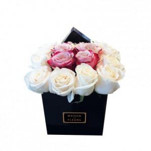 Белые розы с розовым центром из роз в коробке