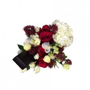 Красные с белыми розы с гортензией в коробке