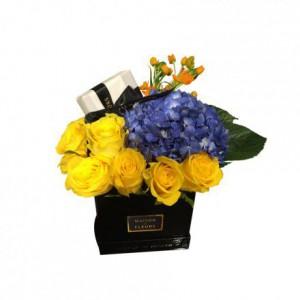 Желтые розы с синей гортензией в коробке