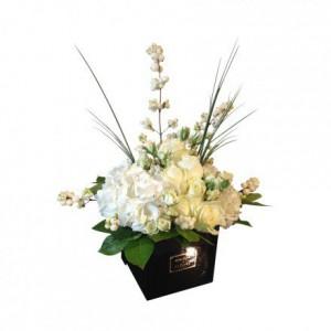 Белая гортензия с ванильными розами в коробке