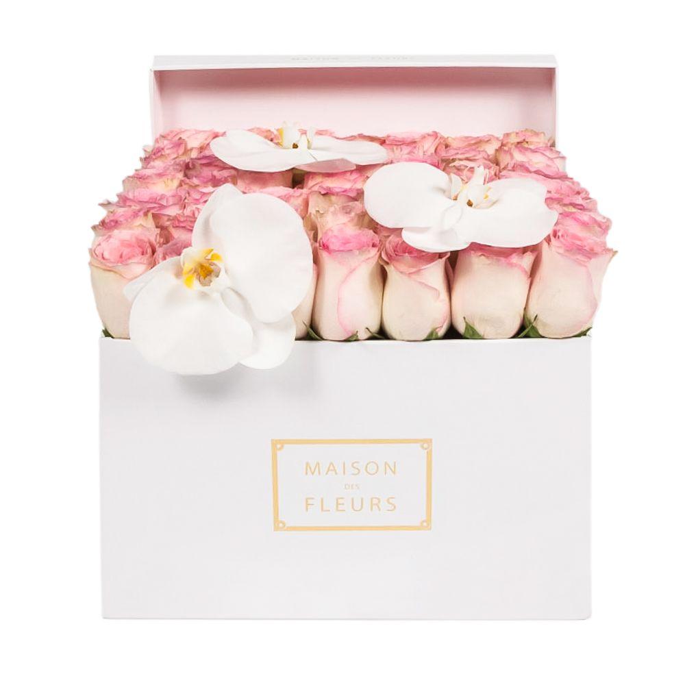 Нежно-розовые розы с орхидеями
